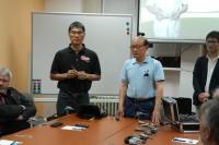 Mr. Li na setkání s členy AZKS